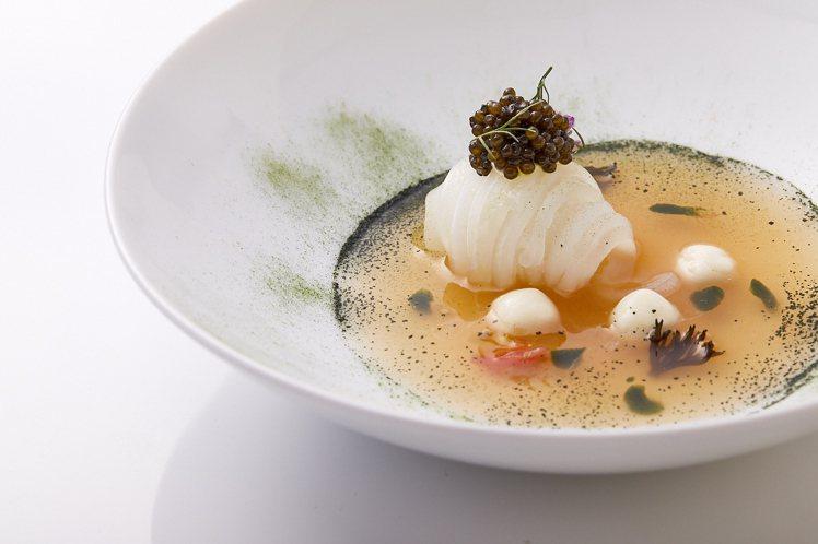 〈法國魚子醬.澎湖軟絲.番茄清湯.莫札瑞拉起司〉。圖/鹽之華提供。