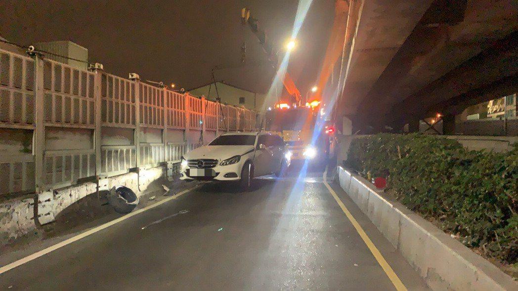 肇事車被扔在出口匝道上,警方花錢請拖吊車拖離現場。記者林昭彰/翻攝