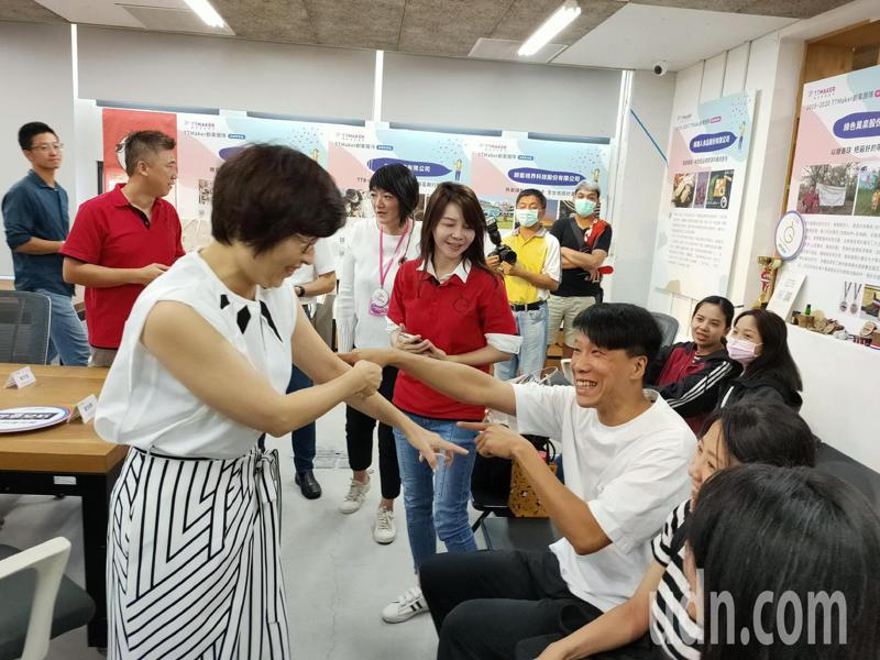 台東縣長饒慶鈴(左)向順利結業的青年創客致意。記者羅紹平/攝影