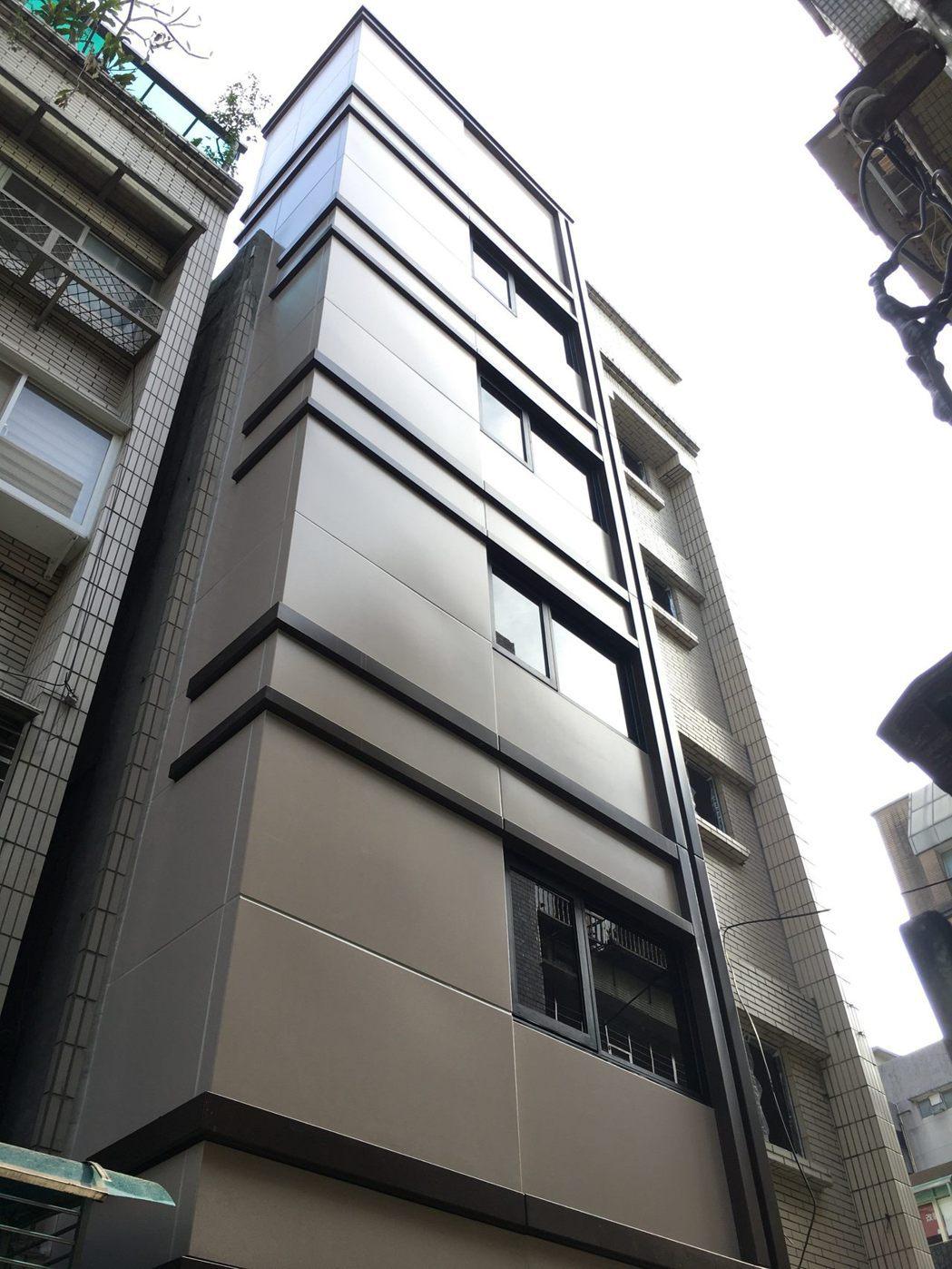 「旭大華廈」電梯增設完工後,解決年長者上下樓梯的不變。圖/北市更新處提供