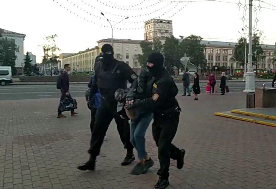 現場目擊者指出,示威遊行隊伍綿延數公里長,遇到在街上巡邏且戴著頭盔的鎮暴警察時,...