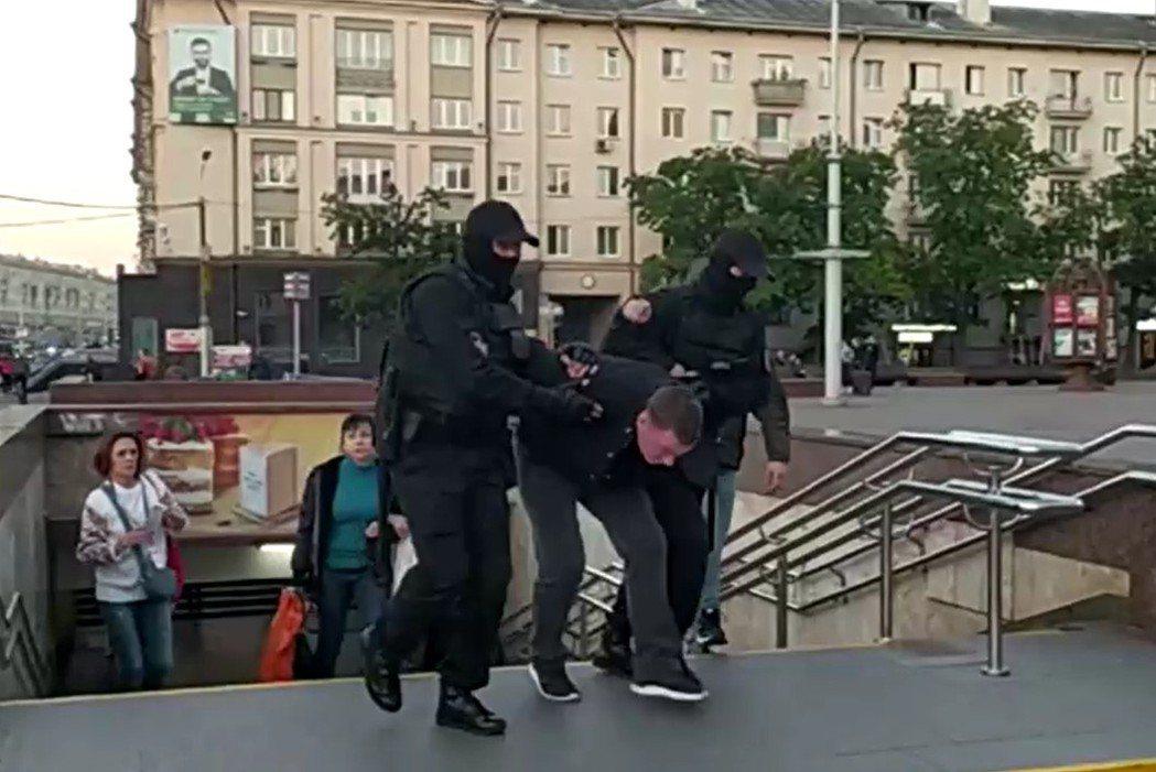 白俄羅斯總統盧卡申科引爆國內示威,首都明斯克(Minsk)又有逾10萬人上街抗議...