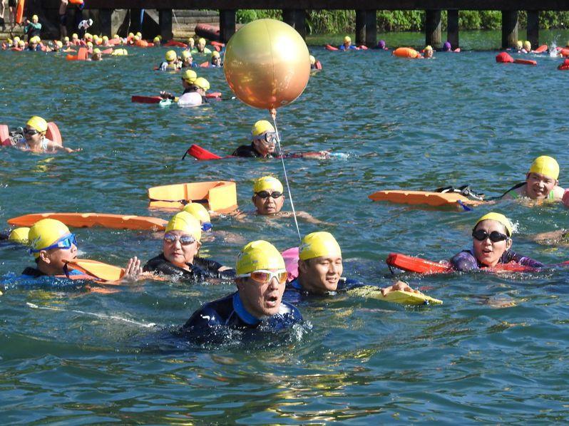 前總統馬英九去年第7次泳渡日月潭,今年也可望下水挑戰。圖/本報資料庫