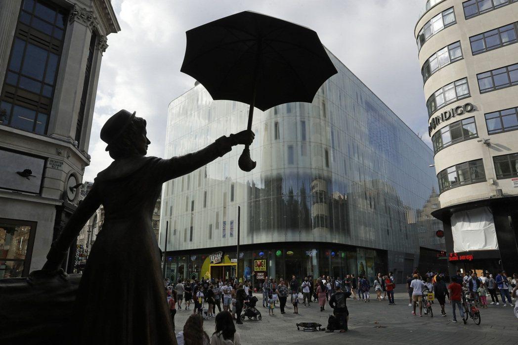 泰晤士報今報導,英相強生未來幾天將宣布再次實施防疫封鎖措施,圖為劇院、戲院匯集的...