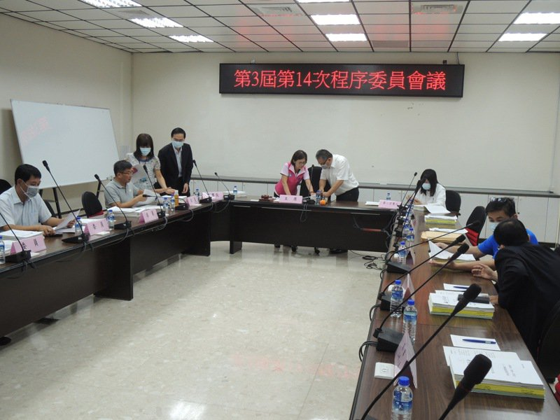 高雄市議會今下午議會程序委員會開會決議,質詢時間仍依循前市長韓國瑜時的每黨團、每名議員10分鐘質詢時間。記者蔡孟妤/攝影