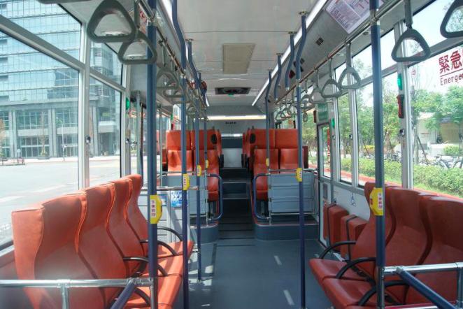 台北市交通局今年底前,將在「仁愛幹線」公車試辦「讓座服務廣播系統」,預計12月啟用。不過不採用持敬老、愛心卡靠卡亮讓座燈,而是讓有需求的人,自行按燈。圖/台北客運提供