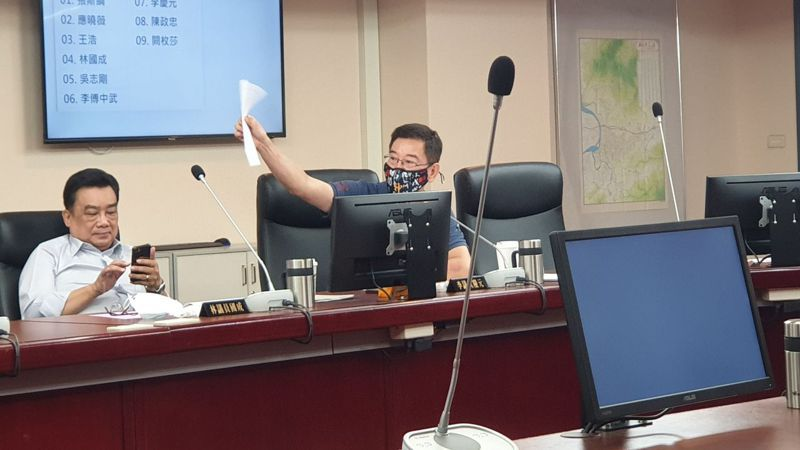 北市議員李慶元(右)指出,市級官員沒有旋轉門條款限制,因此退休後能參與市府標案。記者胡瑞玲/攝影