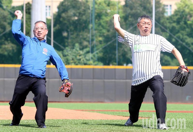 台北市長柯文哲(右)及教育部體育署主秘葉丁鵬擔任開球嘉賓。記者侯永全/攝影