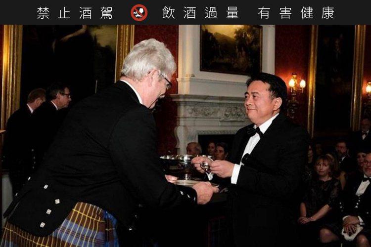 尚格酒業董事長奚大寧(右)2017年成為蘇格蘭威士忌雙耳酒杯執杯大師,是台灣第一...
