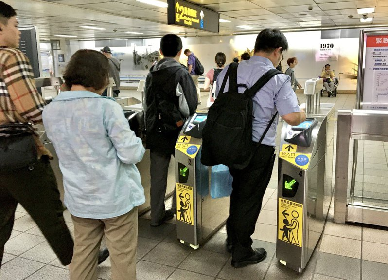 針對逃票乘客,北捷公司指出除加強查緝外,若抓到違規乘車還須繳票價50倍違約金。聯合報系資料照