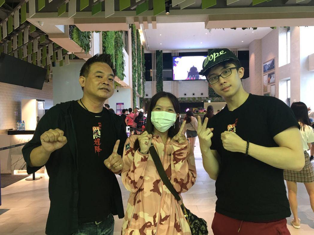 10刷觀眾和監製鄒介中(左)、演員孫安佐(右)合照。圖/華影國際提供