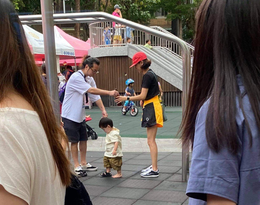 陳意涵(右)與導演老公許富翔一起帶兒子去公園玩,兒子玩到鞋子都掉了。圖/讀者提供