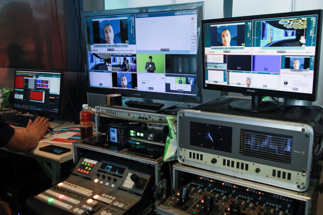 活動後台內,多組設備正在安排攝影機動線,並監督跨國論壇的順暢度。記者許詩愷/攝影