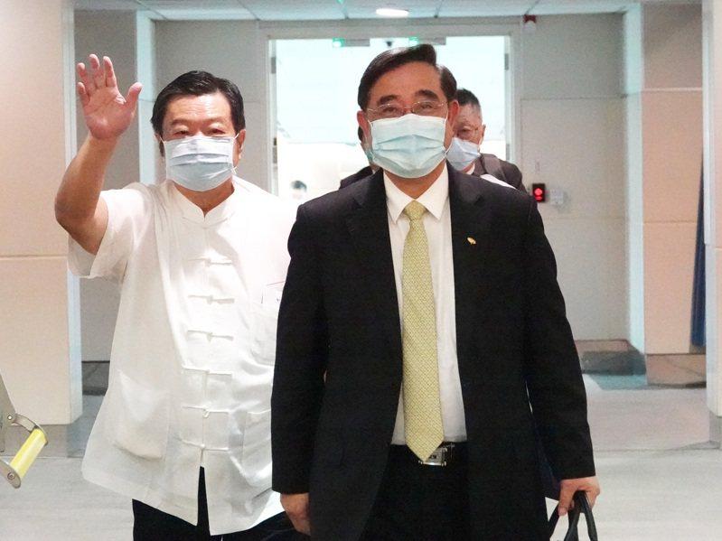 新黨主席吳成典(右)結束海峽論壇議程後昨搭機返抵桃園機場。記者陳嘉寧/攝影