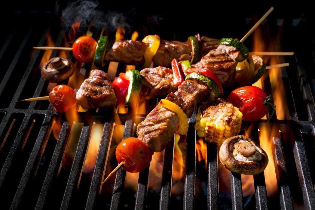 善用烤肉的小技巧,搭配食用蔬果、無糖綠茶,就可以吃得很健康。圖╱123RF