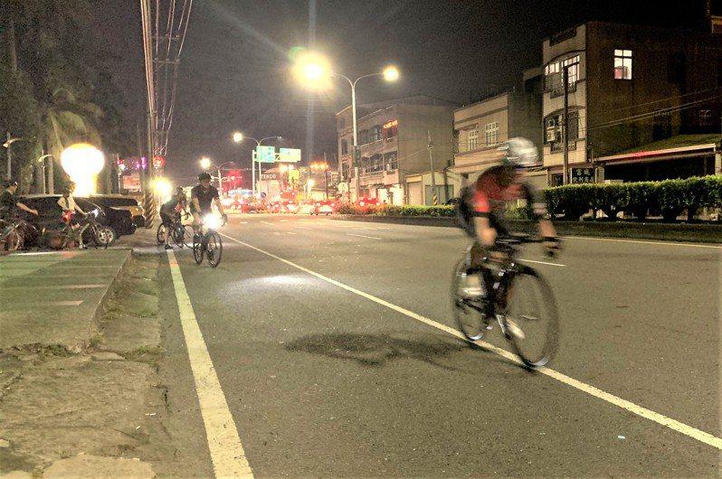 台南目前有不少夜騎隊,車友要的是平坦安全的騎乘車道。記者吳淑玲/攝影