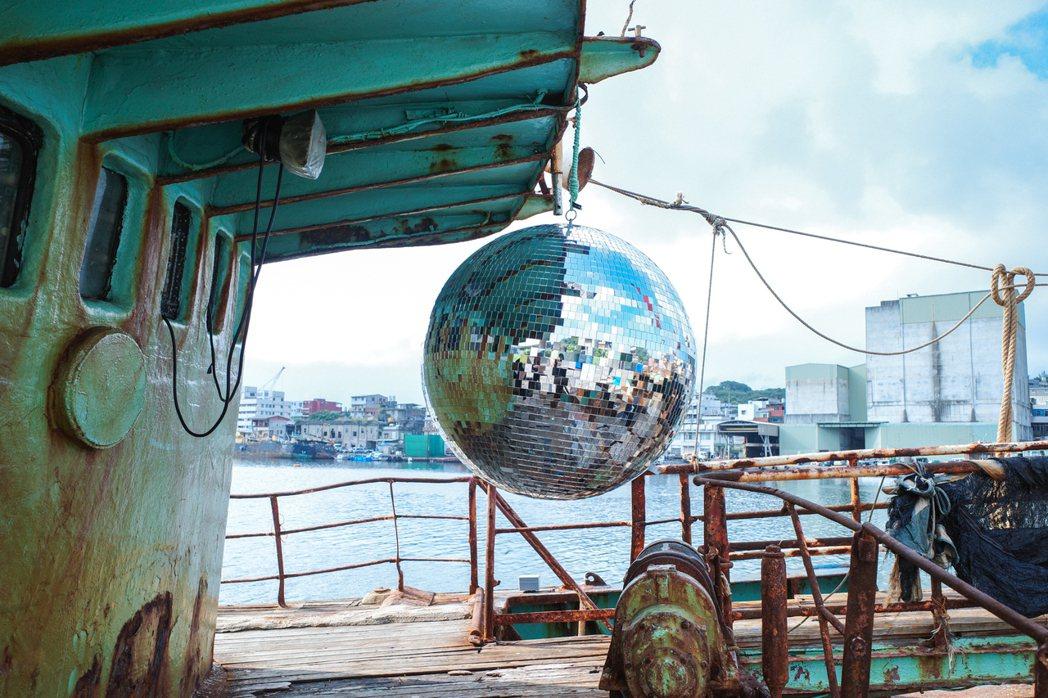 設計師于安如在漁船上打造K歌房〈海龍宫之夢〉。 圖/翁家德拍攝