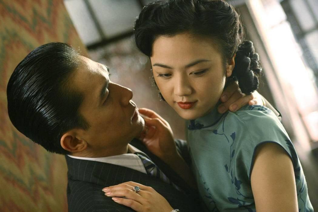 李安導演執導的《色,戒》劇照,梁朝偉(左)和湯唯劇中裡演活了張愛玲筆下的人物。圖/聯合報系新聞資料照