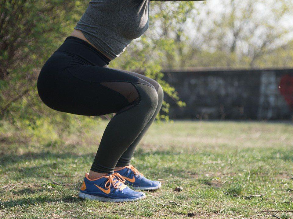 髕骨外翻病人早期會感到膝蓋前方酸痛,在膝蓋彎曲及上下樓梯會覺得膝蓋卡卡。 示意圖...
