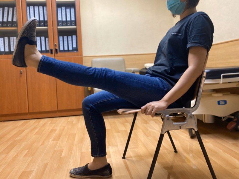 患者坐在高椅上,讓腳垂下,然後舉起一腳膝蓋伸直,腳背用力翹往身體面,抬高離開椅面...