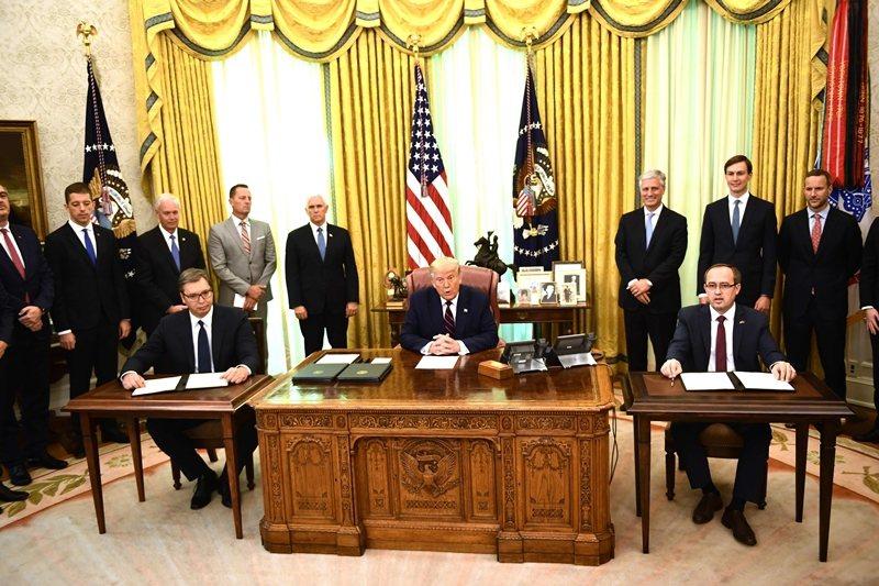 左起(坐)塞爾維亞總統武契奇,美國總統川普,科索沃總理霍蒂,攝於9月4日,美國白宮。 圖/法新社