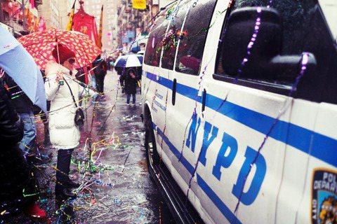 一名33歲、以「藏人難民」身份歸化美國籍,其後加入全美最大的紐約市警局(NYPD...