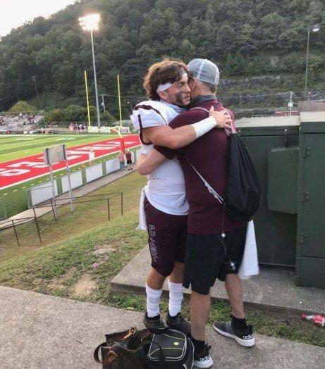 罹癌父在護理師牽線聯繫下,搭機出席兒子的橄欖球比賽,完成遺願。圖/取自Jerree Humphrey