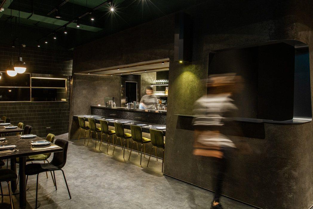 降低吧台高度,拉近顧客與Bartender間的距離。 圖/瑪黑餐酒提供