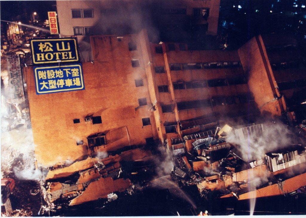 九二一大地震中倒塌的台北市東星大樓。 圖/聯合報系資料照