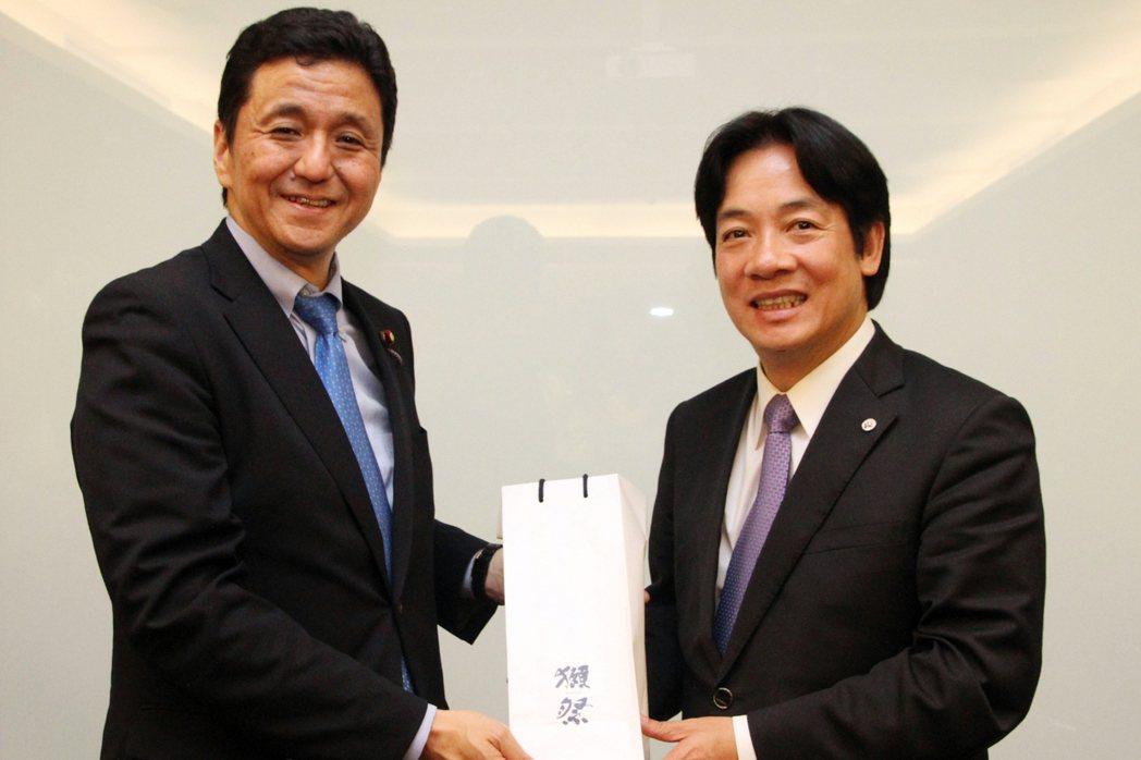 2015年4月29日,岸信夫訪台,與時任台南市長賴清德會面,雙方關係緊密。後來2...