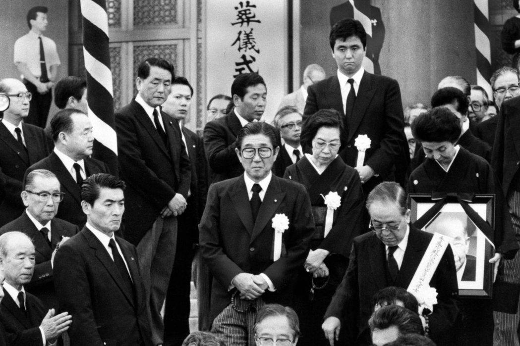 1987年,日本前首相岸信介病逝,享壽90歲。圖為岸信介的葬禮,圖中央戴黑框眼鏡...