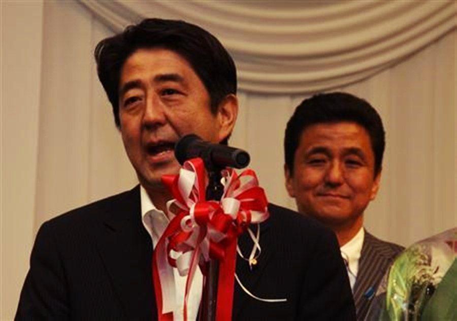 自民黨在2012年提名岸信夫參選,擊敗了民主黨的平岡秀夫,兩人成為「兄弟檔眾議員...