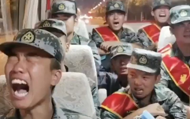 一段解放軍痛哭影片瘋傳,推特上有人表示這群士兵將被送往中印邊境「當砲灰」;微博上則有媒體指出,這群是新兵告別父母才落淚。圖/擷自推特影片