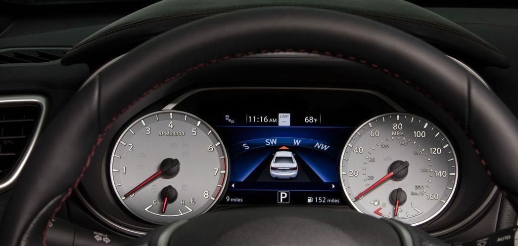 白底的轉速表與時速表是為了致敬老款的Maxima。 摘自Nissan