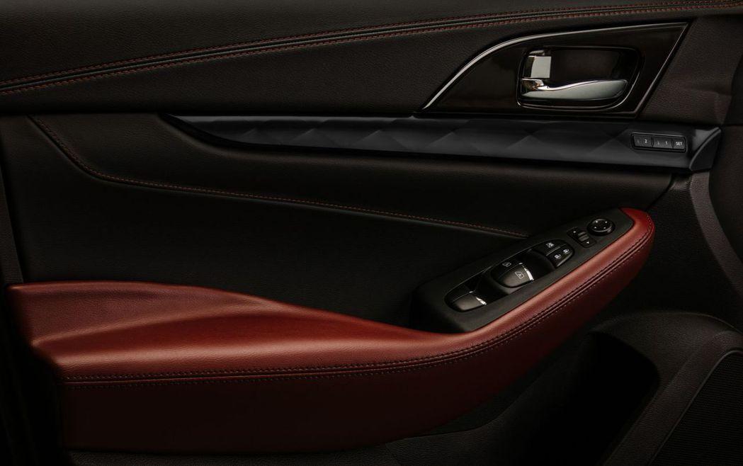 車內飾板則是採用深色鍍緞面材質。 摘自Nissan