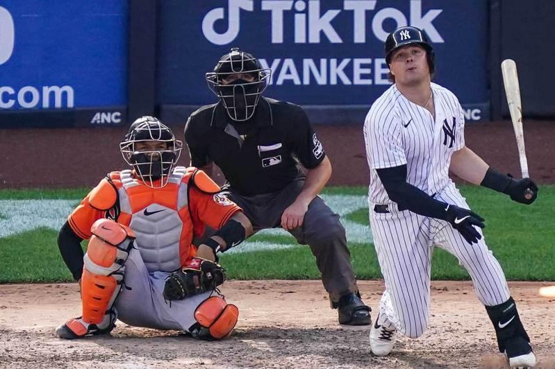一壘手沃特(右)在賈吉、史丹頓兩大巨砲受傷期間挺身而出轟個不停,幫助洋基打進季後賽他是最大功臣。沃特去年球季118場比賽打出21轟,本季至今50戰就已經21轟。 美聯社