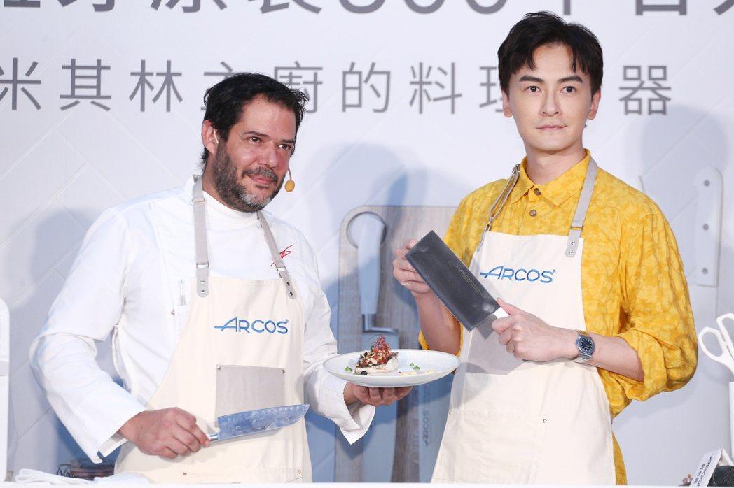 藝人鄭元暢(右)出席刀具代言活動,並與主廚Daniel(左)一同製作料理。記者曾...