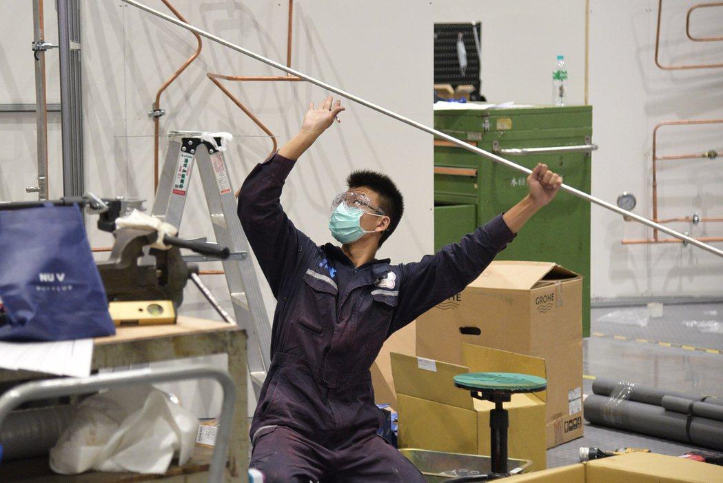 配管與暖氣職類金牌選手林鈺棠,在全國技能競賽比賽時拚盡全力,將競賽題目完美呈現在...