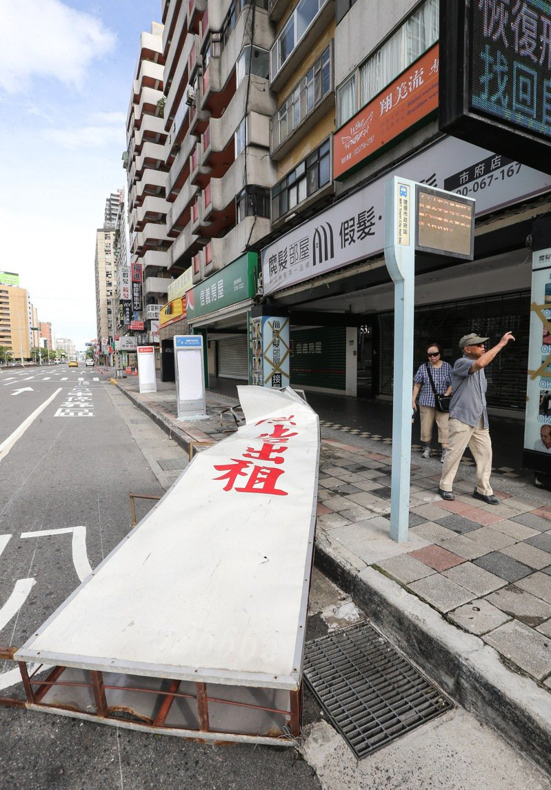 颱風季節時,廣告招牌因颱風吹落而造成人員傷亡或車輛財物受損,業主須對此負擔賠償責任。報系資料照