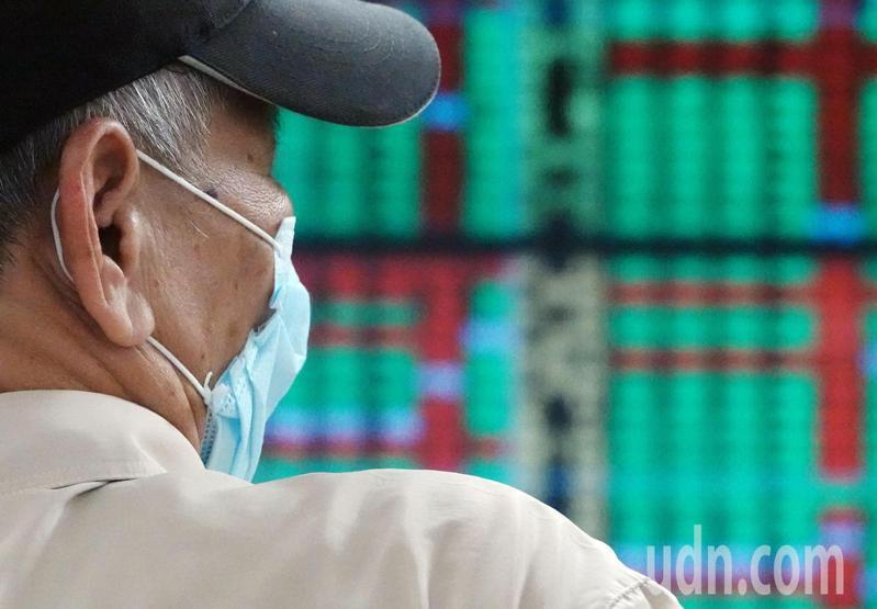 台股今天大跌149點,失守12700點大關,外資今天賣超94億元,連續4個交易日賣超,其中前10大賣超個股,有5家是金控股。報系資料照