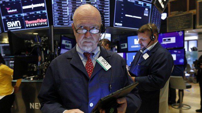 疫情期間,許多全球大型基金經理人避開過熱的股市。美聯社