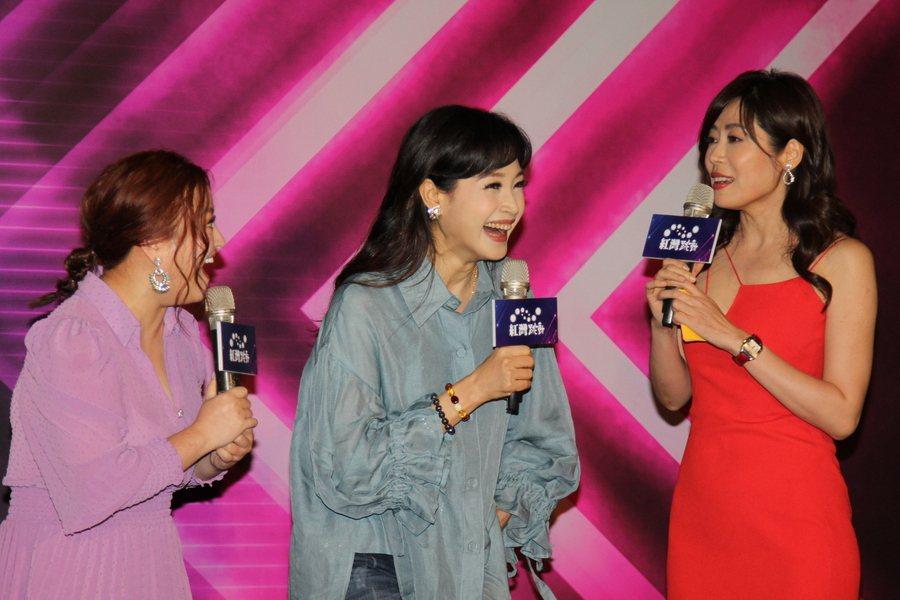 方季惟(中)出席《女生宿舍之一室三間》發布會,與何嘉文(左)綠葉搞笑互動。(ph
