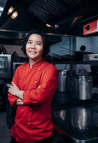 今年53歲的黎俞君,是首位摘星的台籍法料女主廚。圖/鹽之華提供