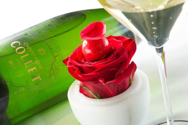 覆盆子洛神玫瑰杯,搭配法國卡利特(Collet)非年份不甜香檳。記者/陳立凱攝影