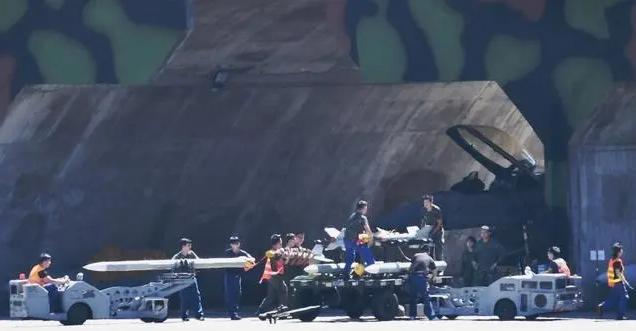 共機近來的台灣海峽演習掛載實彈,威嚇意味十足。圖/取自今日頭條