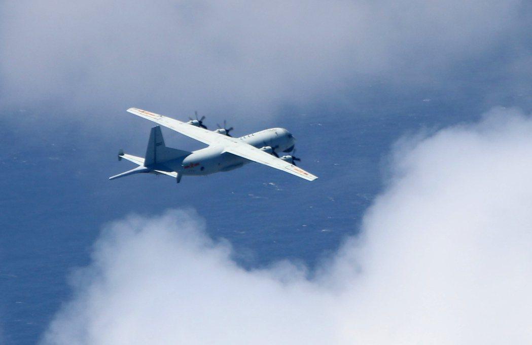 國防部昨晚公布進入我西南防空識別區的中共運八反潛機照片,顯示我方監偵戰機未過於趨...