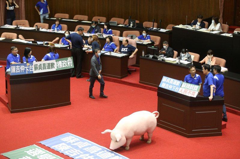 行政院長蘇貞昌今天到立法院進行施政報告及備詢,報告「含萊克多巴胺美豬美牛進口」,國民黨團上午8時25分左右,進入議場霸占發言台抗議。 記者胡經周/攝影