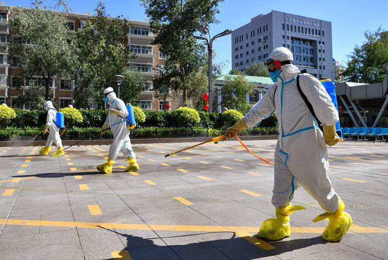 大陸昨新增確診6例,均為境外移入。圖為大陸衛生工作人員在進行消毒作業。新華社