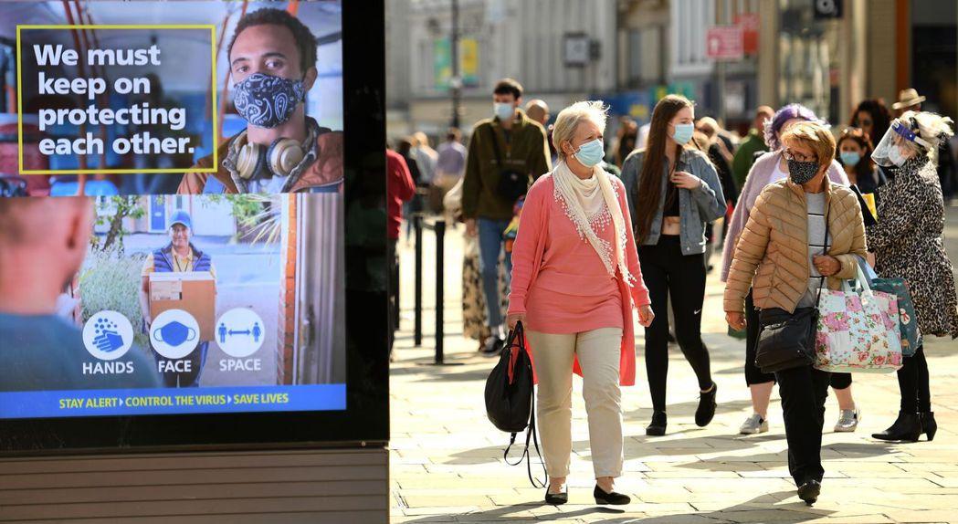 英國第二波疫情再起,首相強生預計於當地時間22日宣布更嚴格的防疫措施。法新社