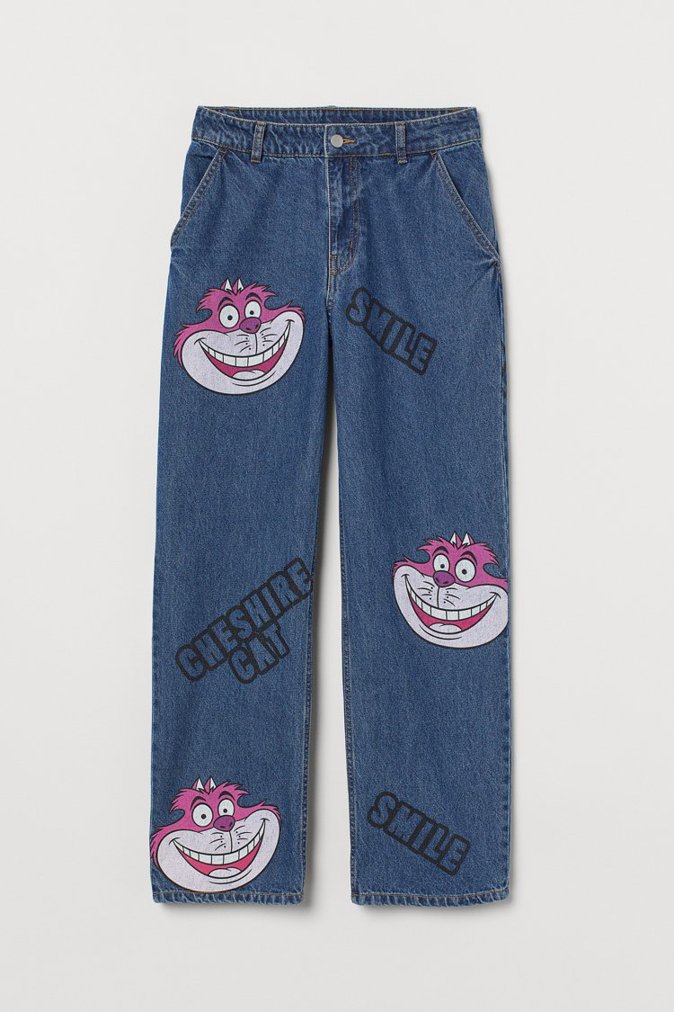 Divied亞洲時尚《愛麗絲夢遊仙境》聯名系列印花牛仔褲999元。圖/H&M提供